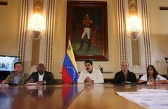 El presidente de Venezuela, Nicolás Maduro (al centro), habla durante una reunión con ministros en el Palacio de Miraflores en Caracas, Venezuela. 12 de agosto, 2016. El presidente de Venezuela, Nicolás Maduro, anunció el viernes el aumento del salario mínimo en un 50 por ciento a partir de septiembre, en un país golpeado por la inflación y la pérdida del poder adquisitivo. Palacio de Miraflores/Handout via REUTERS ATENCIÓN EDITORES - ESTA IMAGEN FUE BRINDADA POR UNA TERCERA PARTE. SÓLO DISPONIBLE PARA USO EDITORIAL.