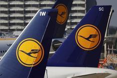La aerolínea alemana Lufthansa y el sindicato de pilotos Vereinigung Cockpit (VC) suspendieron las conversaciones sobre los salarios y los términos de la jubilación anticipada luego de meses de negociaciones, dijeron ambas partes el sábado. En la imagen de archivo, aviones de la aerolínea Lufthansa estacionados en la pista de aterrizaje del aeropuerto de Fráncfort, Alemania.  REUTERS/Kai Pfaffenbach