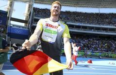 Christoph Harting comemora ouro no Rio.  13/08/2016.  REUTERS/Kai Pfaffenbach