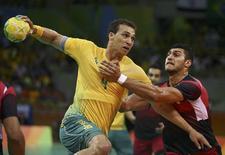 João Silva tenta arremesso em jogo do Brasil contra o Egito. 13/08/2016.  REUTERS/Marko Djurica