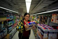 """Chinese """"daigou"""" shopping agent Na Wang selects an Australian breakfast cereal product popular with Chinese consumers, during a shopping trip to procure goods for Chinese customers, at an Australian supermarket in Sydney, Australia August 2, 2016. Picture taken August 2, 2016. REUTERS/Jason Reed"""