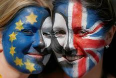 """La salida de Reino Unido de la Unión Europea podría posponerse hasta al menos finales de 2019 porque el Gobierno estaba demasiado """"caótico"""" para iniciar el proceso de dos años a comienzos de 2017, informó el diario Sunday Times citando a fuentes que han sido informadas por ministros. En la imagen, dos manifestantes con las caras pintadas con las banderas europea y británica posan durante una protesta contra la decisión británica de abandonar la UE, en el centro del Londres, el 2 de julio de 2016. REUTERS/Neil Hall"""