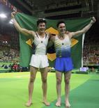 Ginastas Arthur Nory (E) e Diego Hypólito posam com a bandeira do Brasil após conquistarem medalhas na Rio 2016 14/08/2016 REUTERS/Mike Blake
