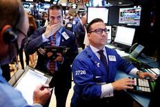 Трейдеры на Уолл-стрит. Фондовые индексы США достигли исторических максимумов в понедельник, продолжив ралли прошлых недель, на фоне роста цен на нефть. REUTERS/Lucas Jackson