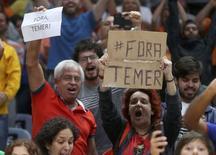 """Espectadores de partida de vôlei feminino seguram cartazes em que se lê """"Fora Temer 10/08/2016 REUTERS/Pilar Olivares"""