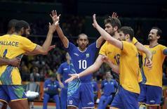 Jogadores de vôlei do Brasil comemoram contra França.  15/08/2016.  REUTERS/Edgard Garrido