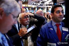 Трейдеры на торгах Нью-Йоркской фондовой биржи 9 августа 2016 года. Все три основных индекса США завершили торги понедельника на исторических максимумах, сохранив тенденцию нескольких прошедших недель, так как ослабление доллара поддержало сырьевые акции. REUTERS/Lucas Jackson