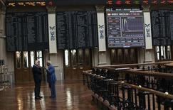 El Ibex-35 de la bolsa española abrió a la baja el martes, en línea con las demás plazas europeas, presionadas por la corrección del precio del crudo y la subida del euro. En la imagen de archivo, operadores hablan en la Bolsa de Madrid, el 6 de agosto de 2012. REUTERS/Susana Vera