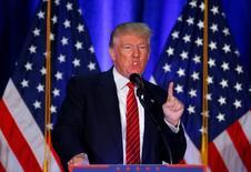"""Дональд Трамп выступает в Огайо. Кандидат в президенты США от Республиканской партии Дональд Трамп заявил в понедельник, что, в случае победы на выборах, намерен тесно сотрудничать с союзниками по НАТО в борьбе с боевиками """"Исламского государства"""", вопреки высказанной ранее угрозе, что Вашингтон может не выполнить свои обязательства по отношению к западному военному альянсу. REUTERS/Eric Thayer"""
