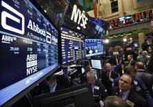 Los tres principales índices de acciones de Wall Street abrieron a la baja el martes después de que el presidente de la Reserva Federal de Nueva York, William Dudley, dijo que era posible un alza de los tipos de interés en septiembre.  En la imagen, operadores en la Bolsa de Nueva York, EEUU, el 10 de diciembre de 2012.    REUTERS/Brendan McDermid/File Photo