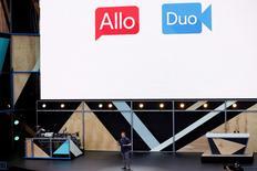 En esta imagen de archivo, Erik Kay, director de ingeniería de Google, presenta Allo y Duo durante la conferencia de desarrolladores Google I/O 2016 en Mountain View, el 18 de mayo de 2016. Google lanzó el martes el servicio de videollamadas Google Duo, que sólo requiere un número de teléfono para comenzar una comunicación con cualquier contacto que use un teléfono móvil con sistema Android o iOS. REUTERS/Stephen Lam