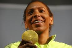 Rafaela Silva mostra medalha de ouro após entrevista coletiva no Espaço Time Brasil. 09/08/2016 REUTERS/Nacho Doce