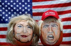 Портреты кандидатов в президенты США от демократов и республиканцев Хиллари Клинтон и Дональда Трампа, нарисованные на тыквах художником Джоном Кеттманом. Ласалль, штат Иллинойс, 8 июня 2016 года. Клинтон опережает Трампа в предвыборной гонке, свидетельствует опрос избирателей, проведенный агентством Рейтер и социологической службой Ipsos. REUTERS/Jim Young