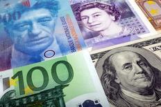 """Банкноты разных стран. Доллар отошёл от минимумов семи недель к иене в среду на фоне """"ястребиных"""" комментариев представителей Федеральной резервной системы США. REUTERS/Kacper Pempel/Illustration/File Photo"""