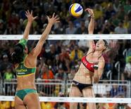 2016 Rio Olympics - Beach Volleyball - Women's Semifinal - USA v Brazil - Beach Volleyball Arena - Rio de Janeiro, Brazil - 16/08/2016. Agatha Bednarczuk (BRA) of Brazil competes with Kerri Walsh (USA) of USA. REUTERS/Adrees Latif