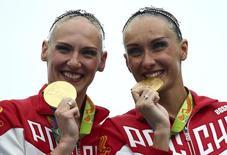 Синхронистки Наталья Ищенко и Светлана Ромашина на церемонии награждения в Рио. Российские спортсмены в одиннадцатый день Олимпийских игр в Рио-де-Жанейро завоевали одну золотую и две бронзовые медали. REUTERS/Michael Dalder