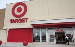 Магазин Target в Анкастере, Канада. Квартальные сопоставимые продажи Target Corp снизились сильнее, чем ожидалось, и компания ухудшила годовой прогноз прибыли, столкнувшись с растущей конкуренцией с онлайн-ритейлерами и падением спроса на одежду и электронику.  REUTERS/Peter Power (CANADA - Tags: BUSINESS)