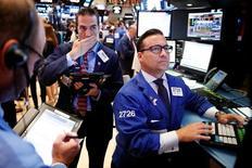 Operadores trabajando en la bolsa de Wall Street en Nueva York, ago 9, 2016. Las acciones en Wall Street bajaban el miércoles, mientras los inversores esperan la publicación de las minutas de la reunión de política monetaria de julio de la Reserva Federal de Estados Unidos.  REUTERS/Lucas Jackson