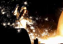 Un ouvrier dans l'usine ThyssenKrupp  de Duisbourg. La dette des 30 premiers sidérurgistes mondiaux atteint le montant record de 150 milliards de dollars (133 milliards d'euros), selon le cabinet comptable EY, qui ajoute que les mesures publiques de soutien ne seront efficaces que si elles s'accompagnent d'une restructuration radicale du secteur. /Photo d'archives/REUTERS/Ina Fassbender