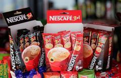 Productos de Nestle en una tienda en Kiev el 6 de agosto de 2014. Nestlé dijo el jueves que espera que el crecimiento de sus ventas orgánicas mejore en el resto del 2016, luego de que las presiones sobre los precios limitaron la expansión del grupo de alimentos en el primer semestre. REUTERS/Konstantin Chernichkin
