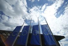 """Banderas de la UE junto a la sede del BCE en Fráncfort, el 15 de julio de 2016. Los miembros del Banco Central Europeo que definen las tasas de interés acordaron no discutir ningún cambio de política en su encuentro de julio y mantener bajo control las expectativas de más estímulo, a pesar de los riesgos alcistas relacionados con el """"Brexit"""", mostraron el jueves las minutas de la reunión. REUTERS/Ralph Orlowski"""