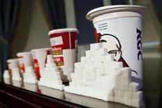 El gobierno británico quiere luchar contra la obesidad y ha anunciado ahora un nuevo impuesto para refrescos con azúcar. Imagn de azucarillos al lado de vasos de bebida en una rueda de prensa en el City Hall de Nueva York, el 31 de mayo de 2012.  REUTERS/Andrew Burton