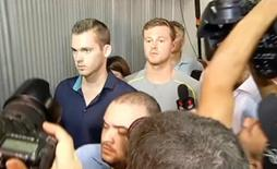 Nadadores norte-americanos Gunnar Bentz e Jack Conger em frente delegacia policial no aeroporto do Galeão, no Rio de Janeiro.    17/08/2016         TV Bandeirantes/Handout via REUTERS