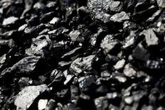 Уголь на руднике в США. 12 мая 2016 года. Менее чем через год после того, как угольную отрасль уже собрались хоронить, ископаемое топливо показало самое впечатляющее ценовое ралли более чем за пять лет, что сделало его одним из самых успешных товаров этого года. REUTERS/Jonathan Ernst