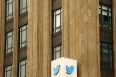 Twitter annonce avoir fermé 360.000 comptes pour menace ou apologie d'actes terroristes depuis mi-2015. /Photo d'archives/REUTERS/Robert Galbraith