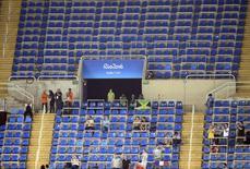Espectadores são vistos entre assentos vazios em eventos do atletismo. 16/08/2016 REUTERS/Dominic Ebenbichler