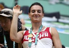 Russa Yelena Isinbayeva acena da tribuna no Centro Aquático Maria Lenk, no Rio de Janeiro 16/08/2016  REUTERS/Michael Dalder