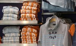 Gap a publié jeudi une prévision de bénéfice annuel inférieure aux attentes des analystes alors qu'il peine toujours à attirer des clients dans ses boutiques Banana Republic. /Photo prise le 3 mars 2016/REUTERS/Jacky Naegelen