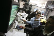 Operadores en una correduría en Lima, oct 10, 2008. Brasil y Argentina están acaparando la atención en los últimos meses dentro de los mercados emergentes gracias a sus cambios políticos amistosos con los inversionistas, pero un país mucho más pequeño como Perú es el que se está robando el espectáculo.  REUTERS/Pilar Olivares(PERU)