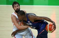 2016 Rio Olympics - Basketball - Semifinal - Men's Semifinal Spain v USA - Carioca Arena 1 - Rio de Janeiro, Brazil - 19/8/2016.   Sergio Llull (ESP) of Spain and Kevin Durant (USA) of the USA (R) compete.  REUTERS/Mariana Bazo