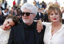 """Diretor Pedro Almodóvar e atrizes  Adriana Ugarte (E) e Emma Suarez (D) posam no tapete vermelho, antes da exibição do filme """"Julieta"""" no 69º Festival de Cannes 17/05/2016 REUTERS/Yves Herman"""