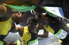 Equipe da Jamaica comemora vitória no revezamento 4x100m. 19/09/2016  REUTERS/Kai Pfaffenbach