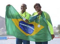 Isaquias Queiroz e Erlon de Souza no pódio dos Jogos Rio 2016. 20/08/2016 REUTERS/Murad Sezer