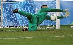 Goleiro Weverton defende cobrança de pênalti na final da Olimpíada. 20/08/2016 REUTERS/Paulo Whitaker