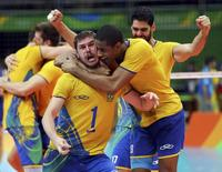 Brasileiros comemoram título no vôlei.  21/08/2016.   REUTERS/Dominic Ebenbichler