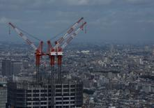Grúas en una construcción son fotografiadas en Tokio, Japón, 21 de agosto de 2016. REUTERS/Kim Kyung-Hoon