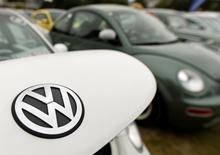 Foto de archivo del logo de Volkswagen en uno de sus autos. 20 de agosto de 2016. Volkswagen dijo el lunes que está sufriendo retrasos en la producción en seis plantas, entre ellas su fábrica principal en Wolfsburgo, debido a una disputa entre el fabricante de automóviles y dos de sus proveedores. REUTERS/Fabian Bimmer
