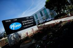 Pfizer, à suivre lundi sur les marchés américains, a annoncé lundi avoir conclu le rachat de son compatriote spécialisé dans le traitement du cancer Medivation sur la base d'une valorisation totale d'environ 14 milliards de dollars (12,4 milliards d'euros). Le titre Medivation gagne près de 20% à 80,60 dollars dans les transactions en avant-Bourse, tandis que l'action Pfizer perd 0,5%. /Photo prise le 21 avril 2016/REUTERS/Mike Blake