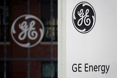 General Electric planea presentar una oferta el jueves para adquirir el grupo de energía eólica francés Adwen, propiedad de la española Gamesa y la francesa Areva, informó el lunes la revista semanal La Lettre de l'Expansion. En la imagen, un logo de General Electric en su sede en Belfort, EEUU, el 27 de abril de 2014.  REUTERS/Vincent Kessler/File Photo
