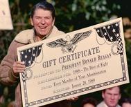 Em foto de arquivo, o ex-presidente dos EUA Ronald Reagan recebe presente de aniversário na Casa Branca, em Washington  05/02/1988 REUTERS/Stelios Varias