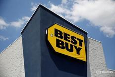 Магазин Best Buy в Вестбери, Нью-Йорк 23 мая 2016 года. Компания Best Buy Co Inc сообщила о неожиданном росте сопоставимых квартальных продаж благодаря оживлённому спросу на бытовую технику и элетронику. REUTERS/Shannon Stapleton