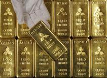 Слитки золота в штаб-квартире Mitsubishi Materials Corporation в Токио 9 января 2008 года. Золото дорожает во вторник, так как внимание рынков смещается с комментариев чиновников ФРС о пользе увеличения ставки на встречу руководителей мировых центробанков, ожидаемую на этой неделе. REUTERS/Toru Hanai