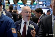 Трейдеры на торгах Нью-Йоркской фондовой биржи 22 августа 2016 года. Фондовый индекс Nasdaq достиг рекордного внутридневного максимума в начале торгов вторника на фоне общего подъема на рынке акций США, возглавляемого акциями технологических и финансовых компаний, в то время как инвесторы оценивают перспективы повышения процентной ставки ФРС. REUTERS/Brendan McDermid