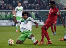 Dante, do Wolfsburg, disputa lance com David Alaba. 27/10/2015. REUTERS/Fabian Bimmer