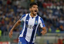 Jesús Corona, do Porto, comemora gol marcado contra a Roma pela Liga dos Campeões 23/08/2016 REUTERS/Max Rossi