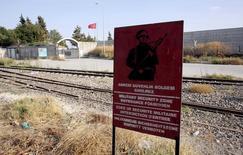 """Предупреждающий военный знак в городе Каркамыш, граничащем с сирийским городом Джараблус. Турецкие танковые подразделения в среду пересекли границу с Сирией в рамках военной операции при поддержке турецких военно-воздушных сил и авиации возглавляемой США международной коалиции. Операция направлена на освобождение сирийского приграничного города Джараблуса от боевиков """"Исламского государства"""", сообщили Рейтер турецкие военные источники. REUTERS/Murad Sezer/File Photo"""